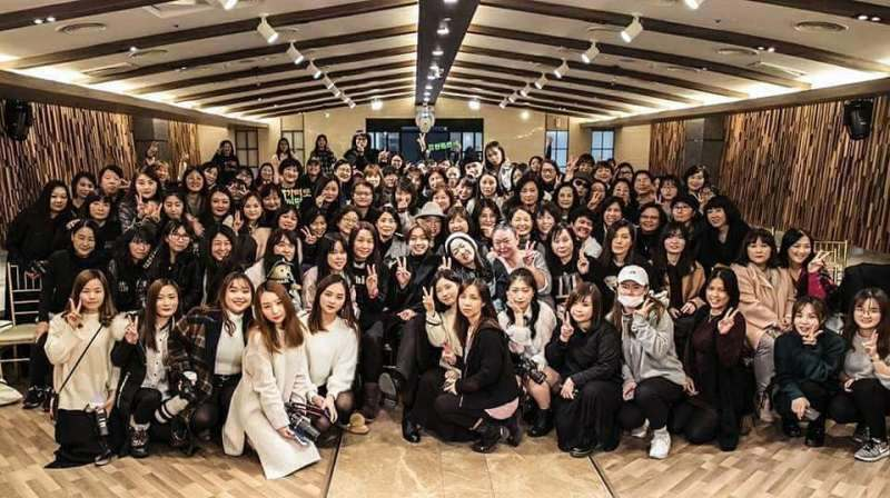 Photo with KHJ and fans at the end of the fanmeeting in Daegu