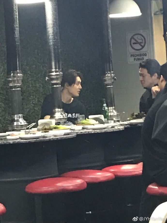 (KHJ went with his team to dinner (3