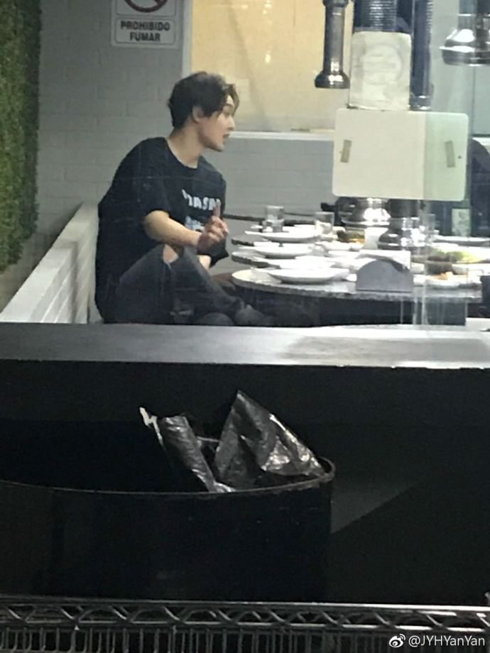 (KHJ went with his team to dinner (4